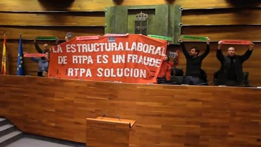 Los trabajadores de la RTPA irrumpen en el Parlamento asturiano