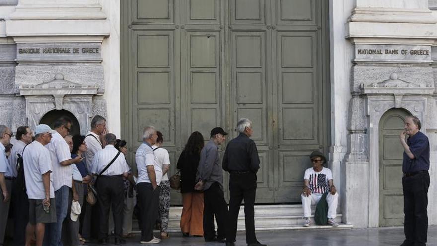 Griegos entre desencanto y resignación en primer aniversario del referéndum