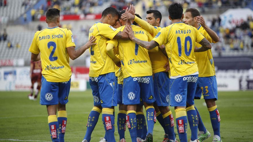 Los jugadores de Las Palmas celebran el tanto de Nauzet Alemán ante el Racing. FOTO: Carlos Díaz Recio/www.udlaspalmas.es