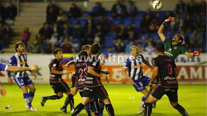 El gardameta blanquiazul Daniel Hernández intenta atajar un disparo del equipo vasco./ LFP