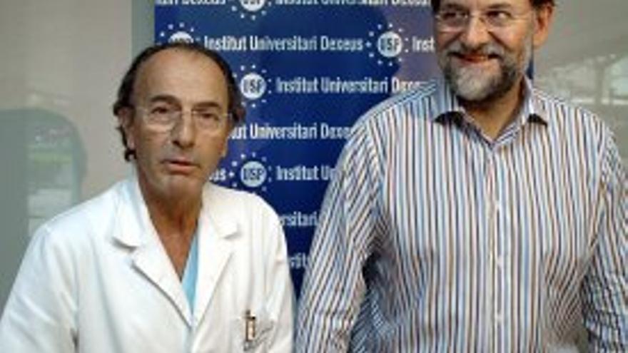 Rajoy posa junto al doctor Dexeus tras el nacimiento de su segundo hijo, en 2005.