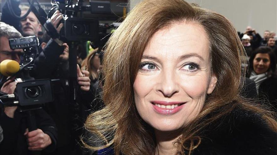 Trierweiler ridiculiza a ministro francés de Finanzas con foto en Twitter