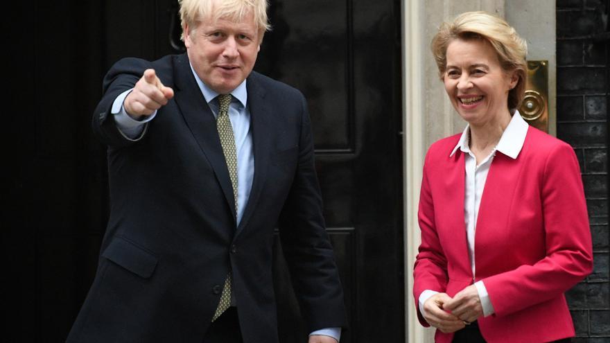 La presidenta de la Comisión Europea, Ursula von der Leyen, con el primer ministro británico, Boris Johnson, en Downing Street.