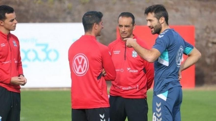 Aitor Sanz conversa con el cuerpo técnico del Tenerife