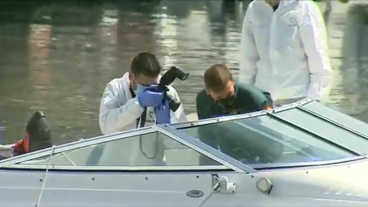 Agentes de la Guardia Civil inspeccionan el barco de Tomás Gimeno
