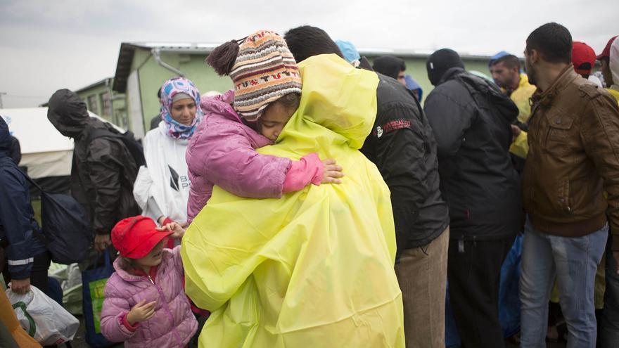 Familias de refugiados en un campo improvisado junto a las vías del tren en Croacia