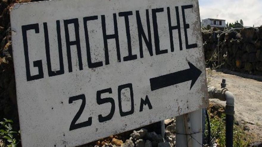 Cartel que anuncia un guachinche en las medianías de Tenerife