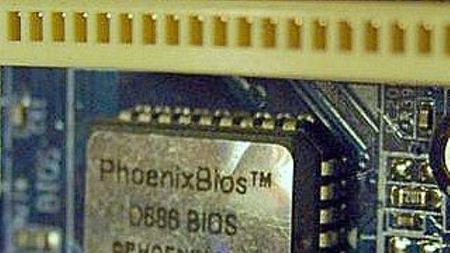Gracias a la ingeniería inversa, Compaq pudo descifrar el BIOS de IBM y abrió el camino a que otras compañías la incluyeran en sus ordenadores (Foto: Wikimedia Commons)