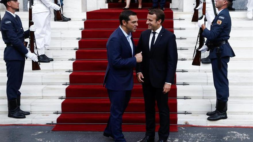 Macron alaba reformas griegas y anima a Tsipras a continuar el último trecho