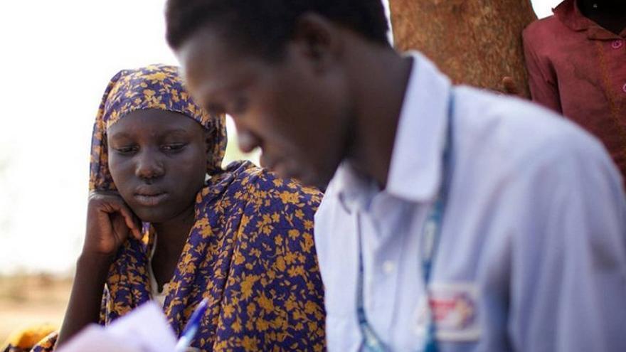 Hiba, de 16 años, charla con un trabajador de ACNUR. Foto: ACNUR/T.Irwin