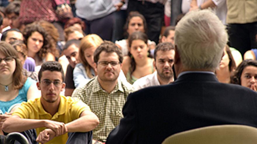 Mario Vargas Llosa, durante su encuentro el jueves con alumnos de la ULPGC. (ACFI PRESS)