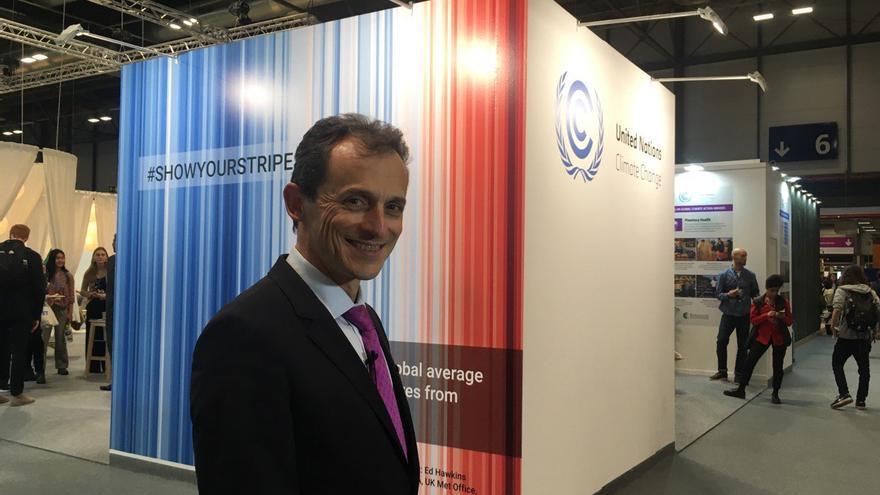 El ministro Duque, hoy en las puertas del pabellón de España en IFEMA.