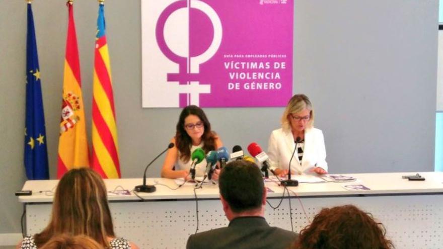 La vicepresidenta del Consell, Mónica Oltra, y la consellera de Justicia, Gabriela Bravo, presentan la guía para empleadas públicas víctimas de violencia de género