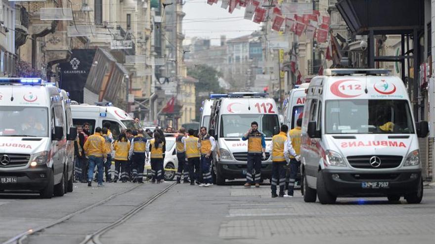Los servicios de rescate en el lugar del atentado suicida en Estambul, Turquía.