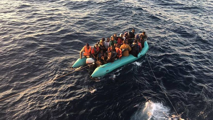 Una patera con más de una veintena de personas rescatada en su intento de llegar a España.   Foto: Miguel Parcha (imagen cedida).