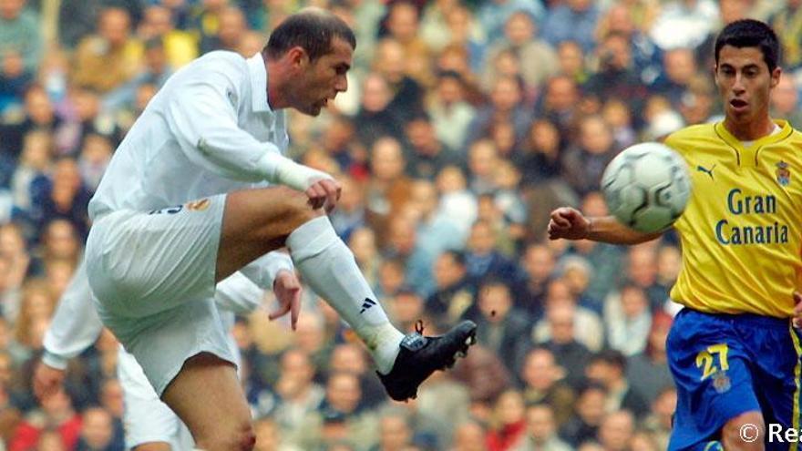 Zidane controla un balón ante la mirada de Jorge Larena.