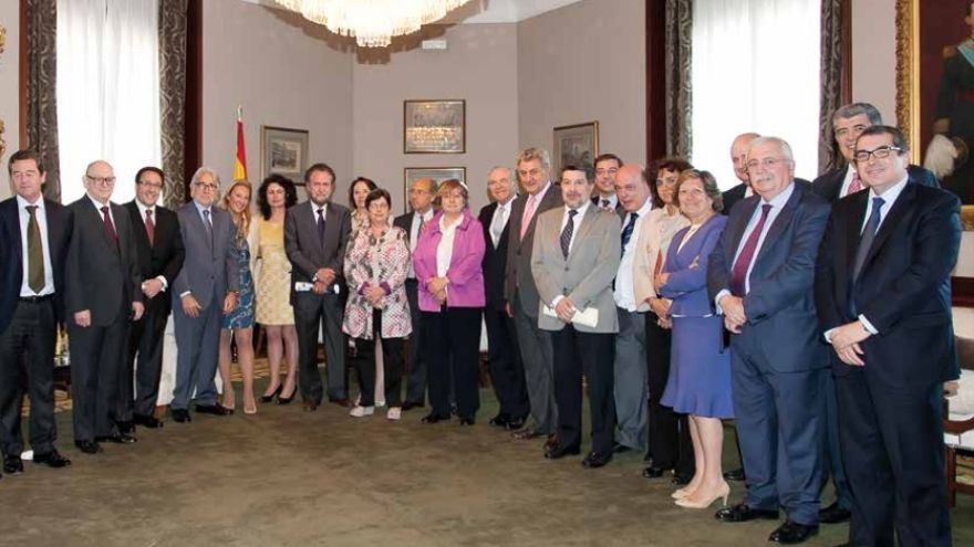 El presidente del Congreso en 2014, Jesús Posada, junto a Isidro Fainé y diputados del Congreso en el evento con CEDE organizado aquél año por la Cámara baja.