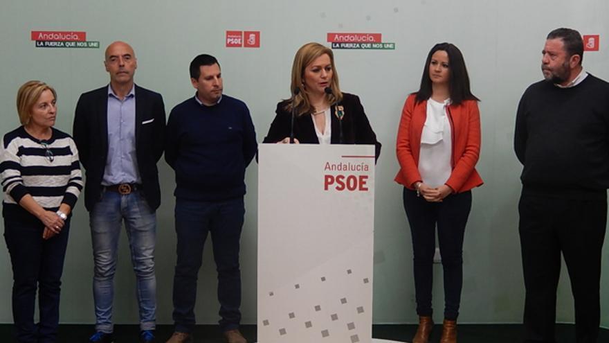 La diputada María Jesús Serrano junto a alcaldes y parlamentarios.