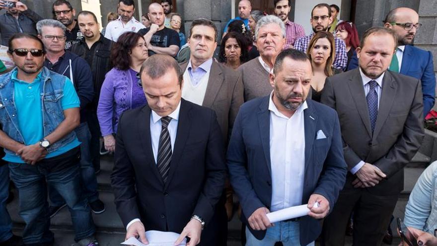 El alcalde de Las Palmas de Gran Canaria, Augusto Hidalgo (PSOE) (i), comparece ante los medios de comunicación, junto al concejal de Cohesión Social de Las Palmas de Gran Canaria, Jacinto Ortega (d), de Podemos.
