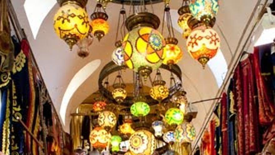 Tienda de suvenirs para turistas en el interior del Gran Bazar.
