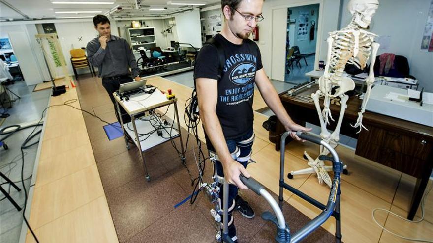 Esqueletos robóticos para ayudar a caminar a lesionados medulares