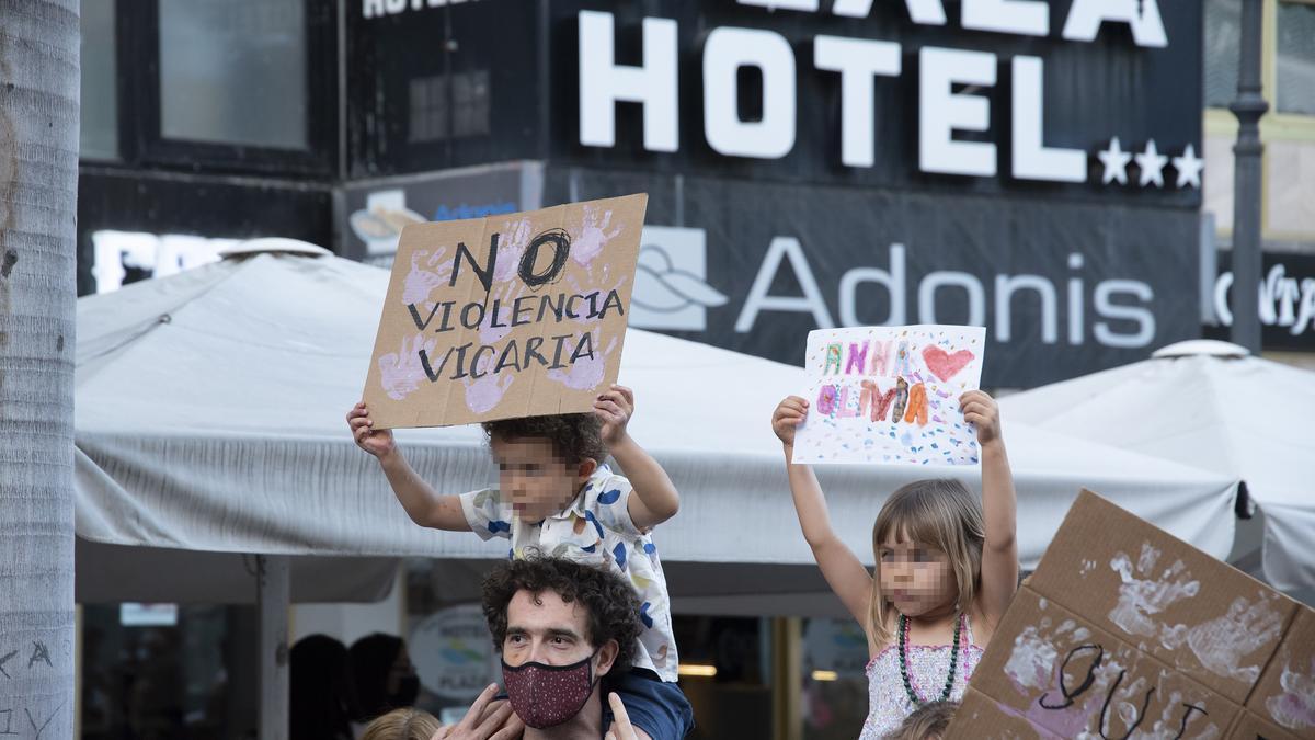"""Dos niños con carteles, participan en una concentración feminista en la Plaza de la Candelaria en repulsa por """"todos los feminicidios"""", a 11 de junio de 2021, en Santa Cruz de Tenerife, Tenerife, Islas Canarias (España). Esta es una de las protestas femin"""