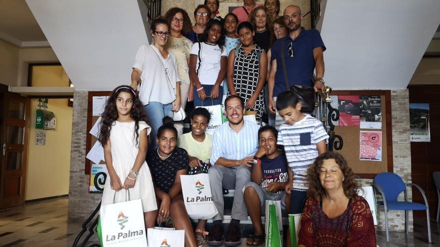 Recimiento de los menores saharauis en el Cabildo.