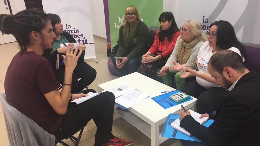 Alberto Rodríguez (Podemos) se reúne con representantes de personas afectadas por fibrosis quística.