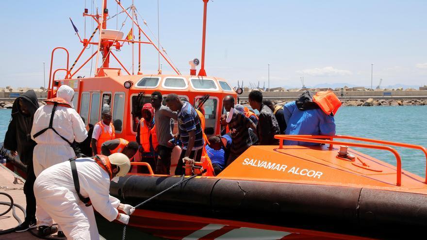Llegada a Melilla de algunos de los inmigrantes rescatados cuando navegaban a bordo de dos pateras en el Mar de Alborán