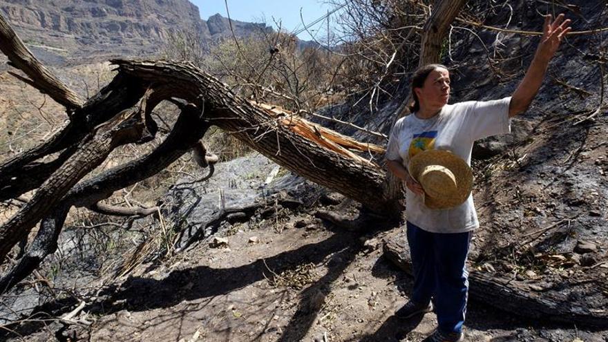 Una de las vecinas de Tejeda regresa a sus casa tras el incendio de Gran Canaria.
