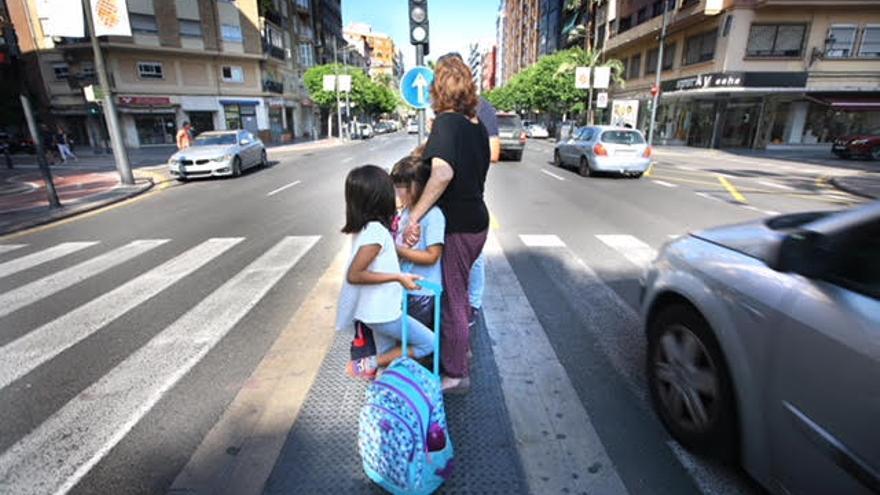 Paso de peatones con dos tramos muy peligroso.