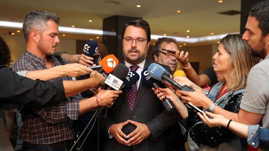 El presidente del PP de Canarias, Asier Antona, atiende a los medios de comunicación tras reunirse este lunes con el secretario general del PSOE en Canarias, Ángel Víctor Torres.