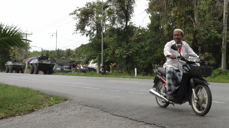 En el sur de Tailandia, los niños estudian junto a las armas