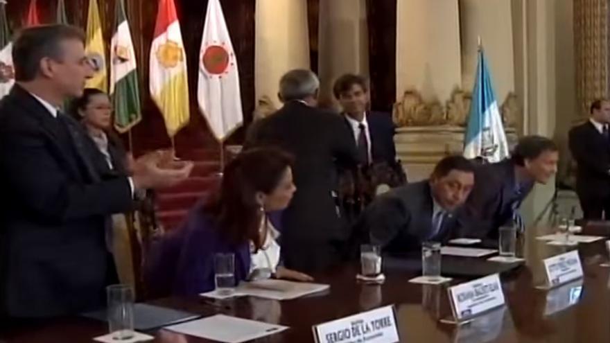 Ángel Pérez Maura saludando al expresidente, Otto Pérez Molina y la exvicepresidenta, Roxana Baldetti, de Guatemala. Foto: Gobierno de Guatemala