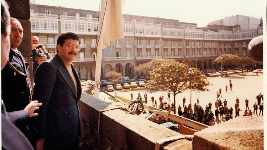 Domingos Merino, tras izar la bandera gallega en el Ayuntamiento coruñés