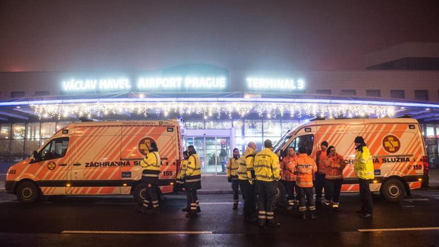 Servicios de emergencias en el aeropuerto de República Checa tras desviar un avión que iba rumbo a Varsovia por amenaza de bomba
