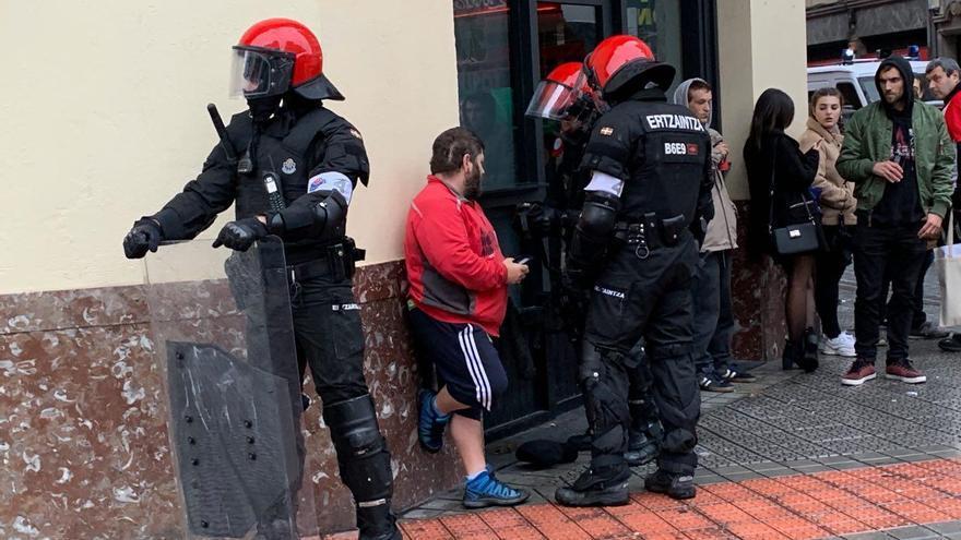 Ertzainas realizan una identificación en el centro de Bilbao tras los incidentes durante el mitin de Vox