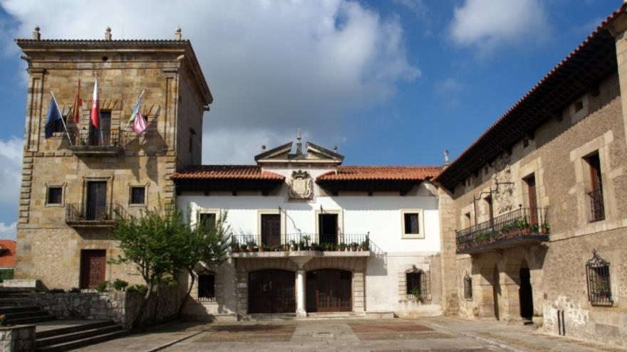 Vista exterior del Ayuntamiento de Camargo.