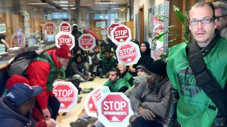 Activistas de la PAH en Girona ocupan la sede local de Unnim en señal de solidaridad con la plataforma de Sabadell y con Ahmed. (Foto: @PAH_Girona)