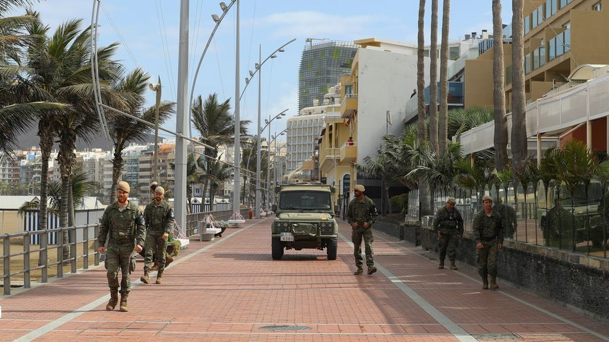 Efectivos del Ejército de Tierra patrullan por la playa de Las Canteras.