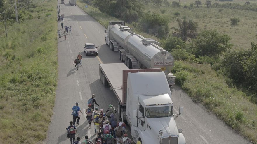 'The Migrant Caravan', serie ganadora del premio a la Historia del año del World Press Photo 2019. Personas corren hacia un camión que se detuvo para llevarlos fuera de Tapanatepec, México.