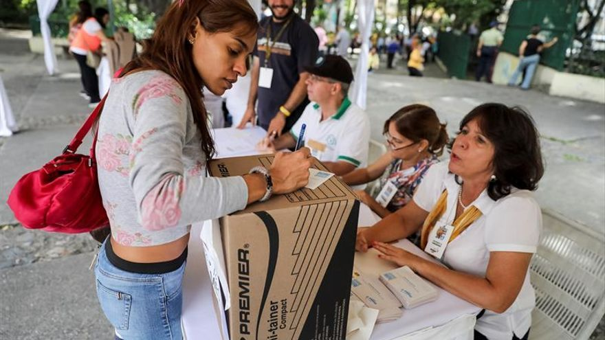 Los opositores venezolanos votan sin colas en las primarias para los gobernadores