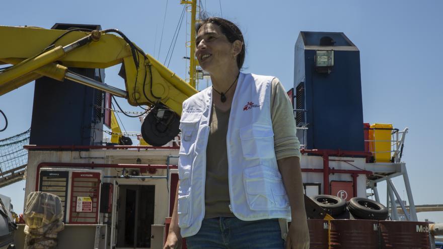 Paula Farias, responsable de operaciones de MSF para el Mediterráneo en el puerto de Barcelona junto al Dinigity I, uno de los barcos de búsqueda y salvamento de MSF en el Mediterráneo. / JUAN CARLOS TOMASI / MSF
