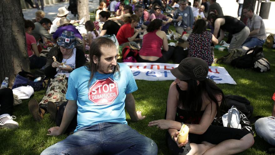 Participantes de la columna sur durante la comida popular en Marqués de Vadillo / Foto: Olmo Calvo