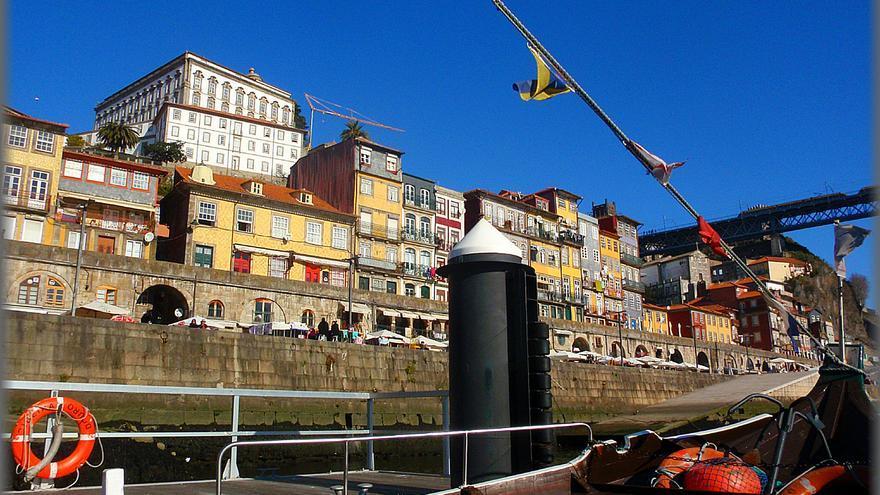 Desde la Ribeira del Duero, la vieja Oporto tiene aspecto de acrópolis. José A