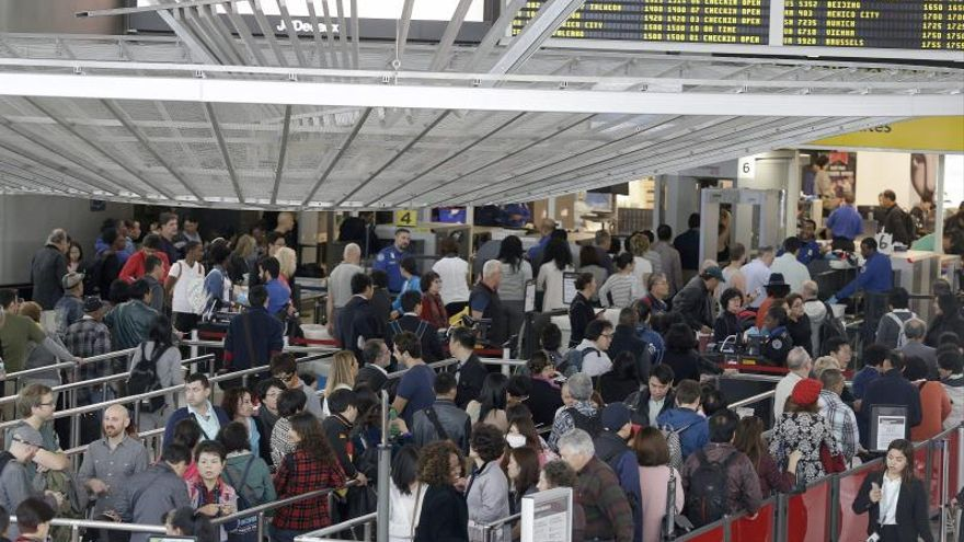 Colas en los aeropuertos tras la caída del sistema de control fronterizo en EE.UU.