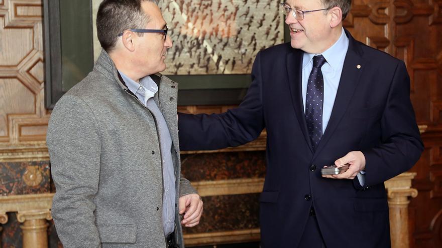 El Síndic Major de Comptes, Vicent Cucarella, entrega el informe al presidente Ximo Puig.