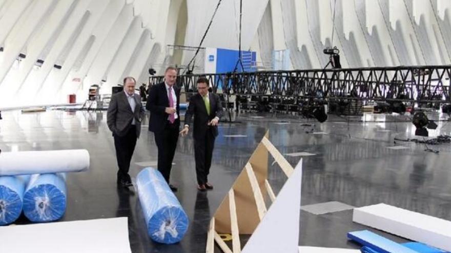 Alberto Fabra visita los preparativos en el Ágora