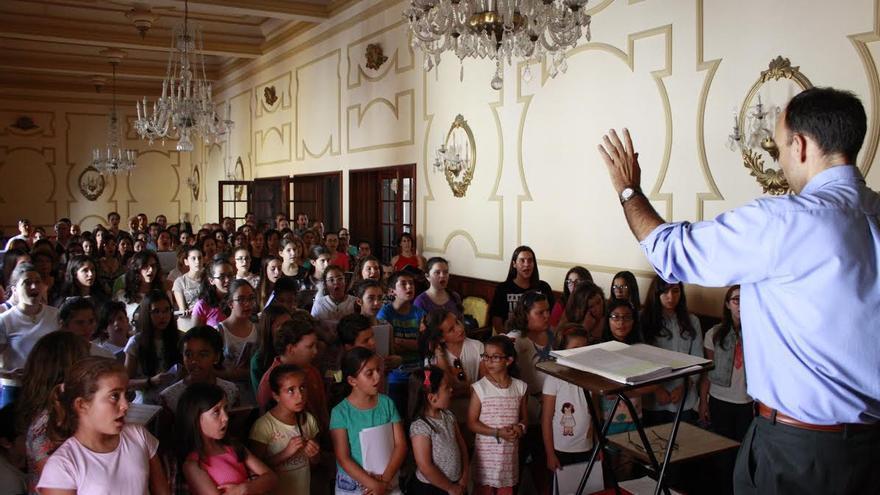 En la imagen, un momento del ensayo del Coro de la Bajada de la Virgen celebrado el pasado sábado.