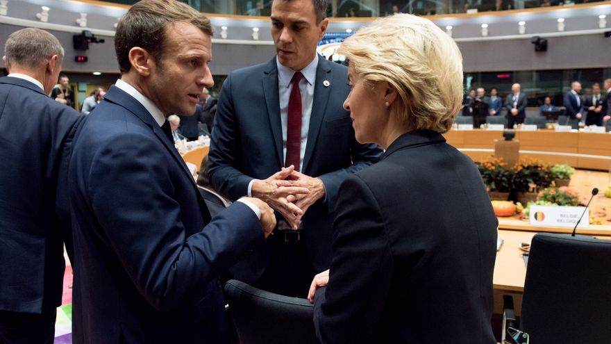Discussion between Emmanuel Macron, President of the French Republic, Pedro Sánchez, Spanish Prime Minister, and Ursula von der Leyen (from left to right)